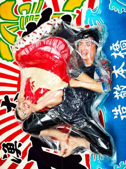 Image of a couple wrapped in plastic by Japanese portrait artist Photographer Hal