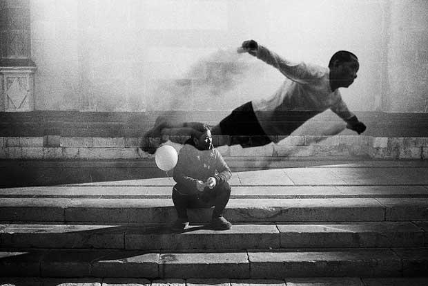 Surreal looking street photography image taken by Italian street photographer Umberto Verdoliva