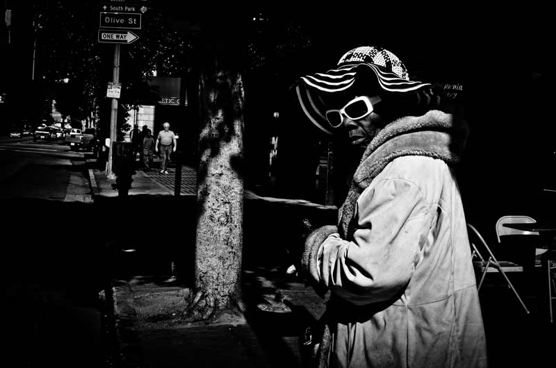 A woman caught in the act by street photographer Alveraz Ricardez