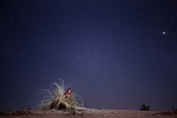 Two young children under the stary sky photographed by photographer Geric Cruz from the Philippines