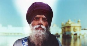 Image of a Sikh infront of a temple taken by Sean Lotman